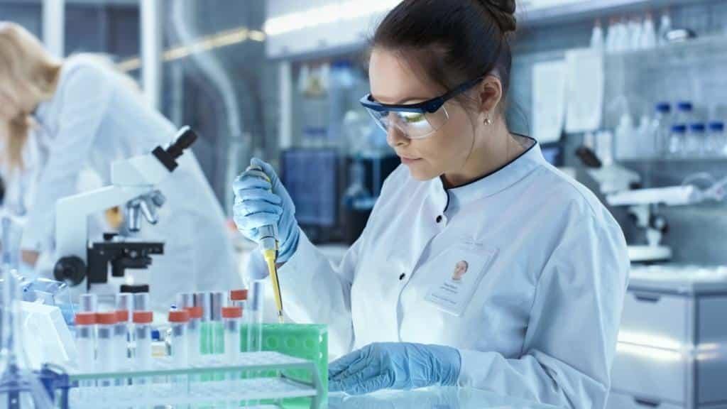 Mulher trabalhando no desenvolvimento de vacinas