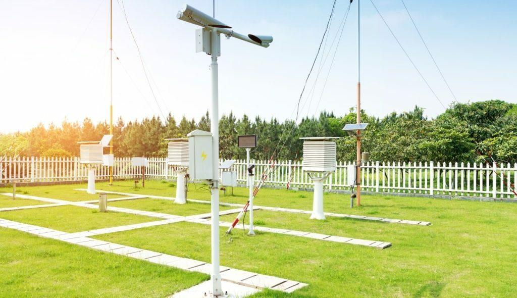 Estação meteorológica convencional em um gramado cercado
