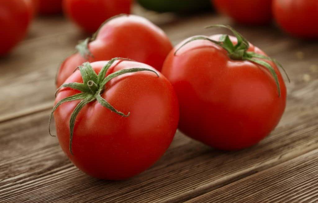 Tomates maduros numa meda