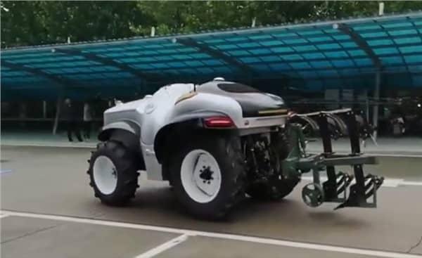 Trator elétrico sem motorista conectado a um implemento