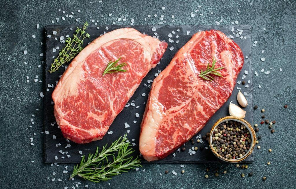 Dois bifes de carne bovina com sal e alecrim