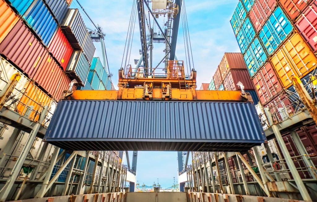 Container sendo transportado para o navio exportador