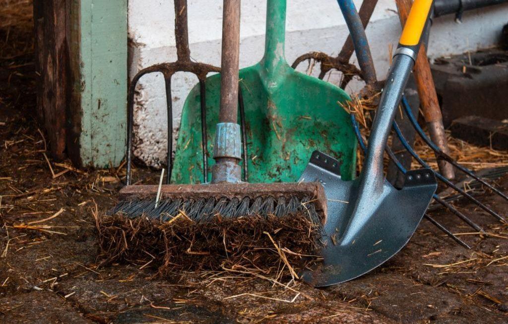 Equipamentos de limpeza de granja sujos