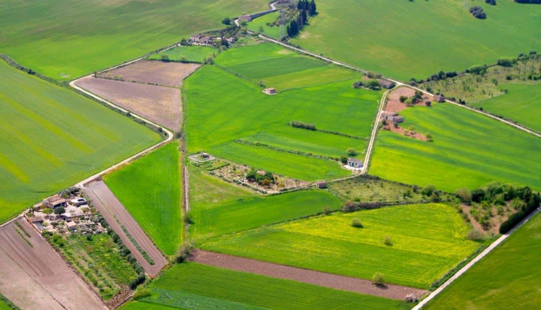 Foto aérea de uma propriedade rural