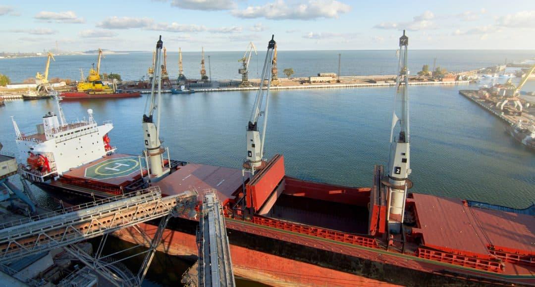Navio de transporte de grãos no porto