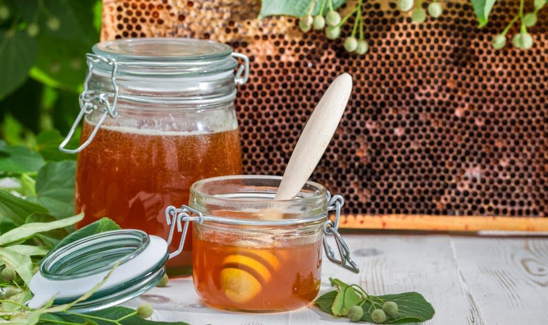 Potes de mel e também um favo