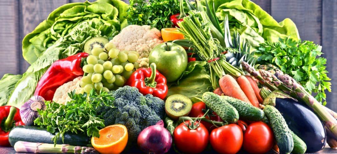 Mesa com variedade de frutas, legumes e verduras orgânicas