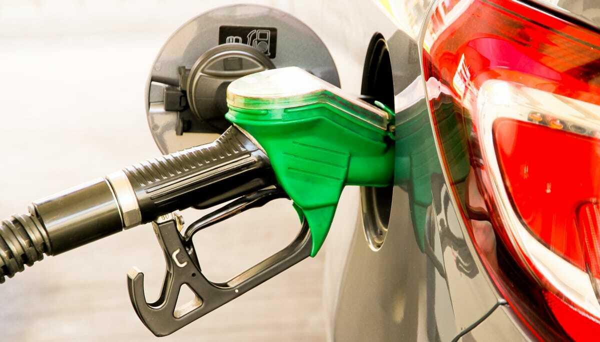 Bomba de combustível abastece etanol em automóvel