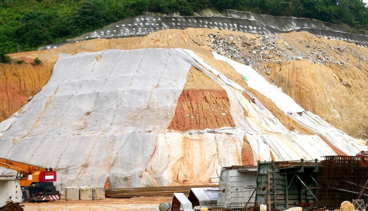 Operação para conter deslizamento de terra