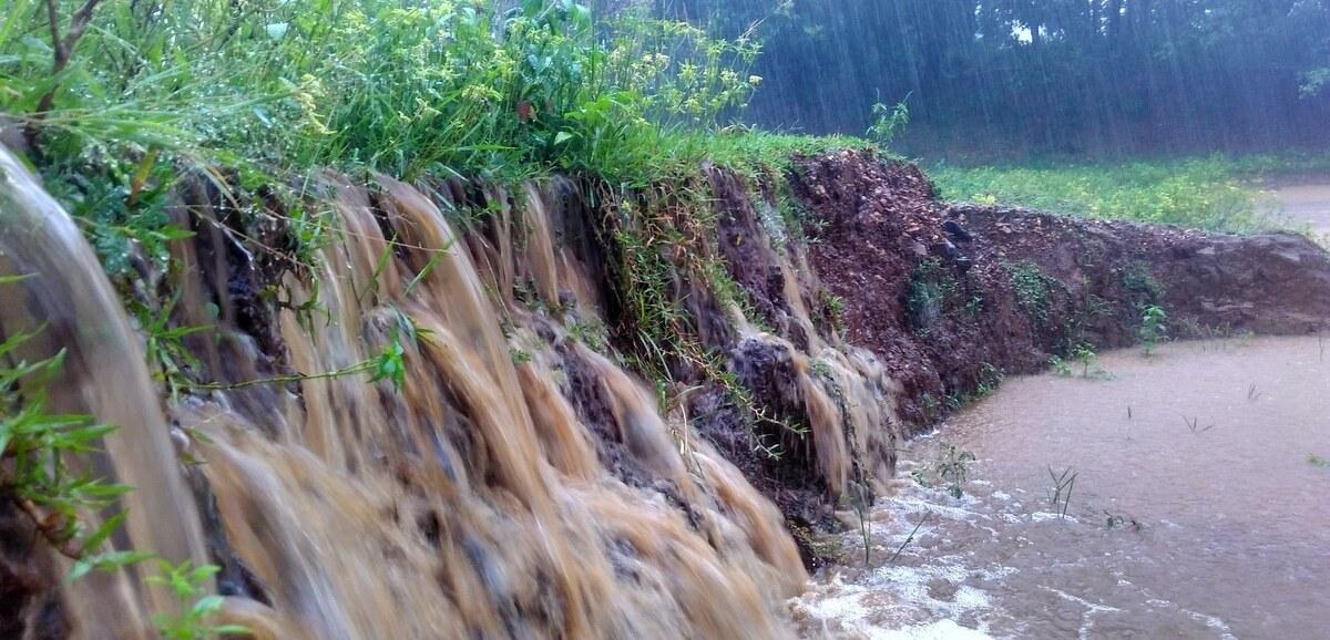 Chuva forte provoca enxurrada e erosão no solo
