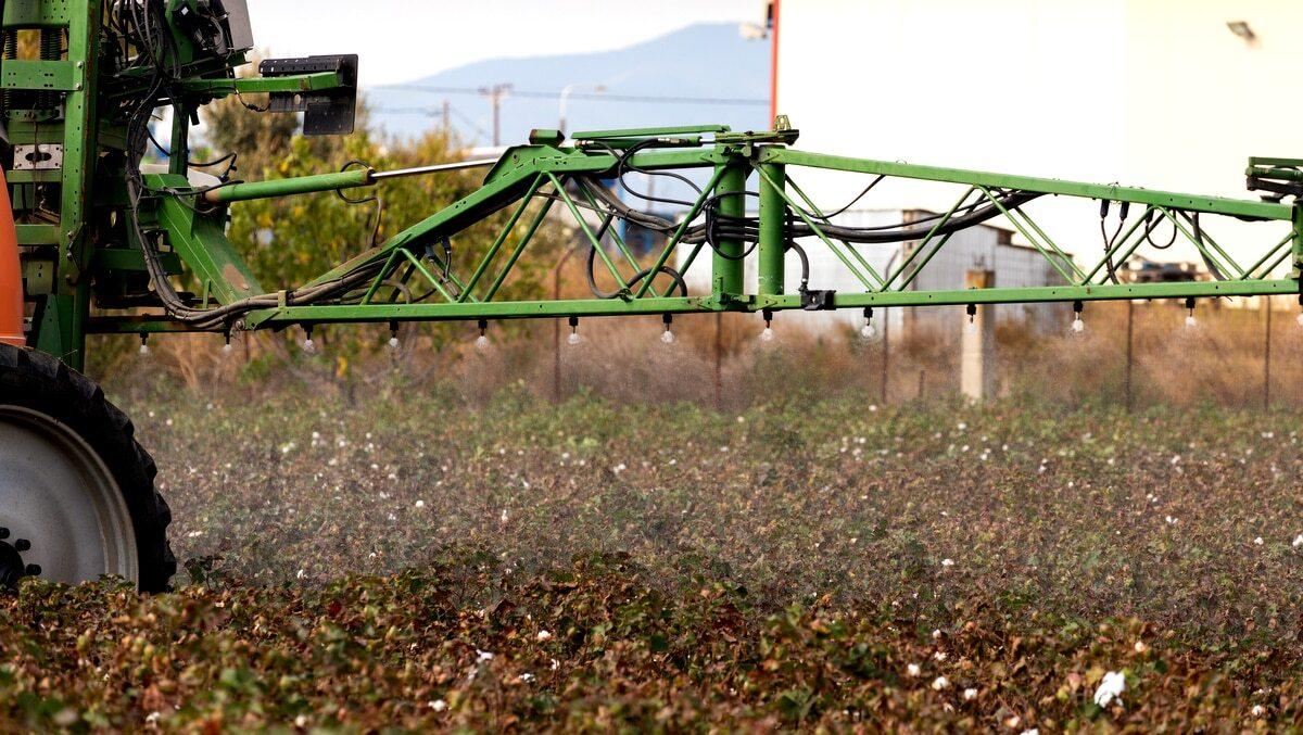 Máquina pulverizando a lavoura