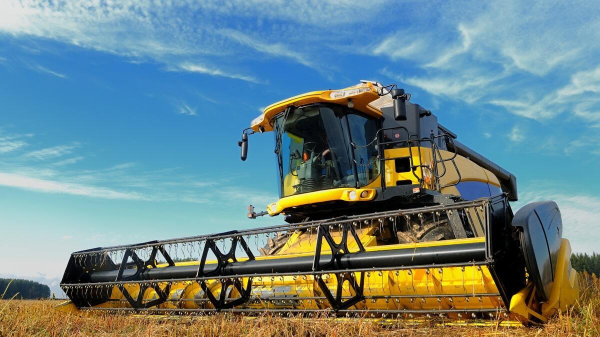 Colheitadeira de grãos numa área agrícola