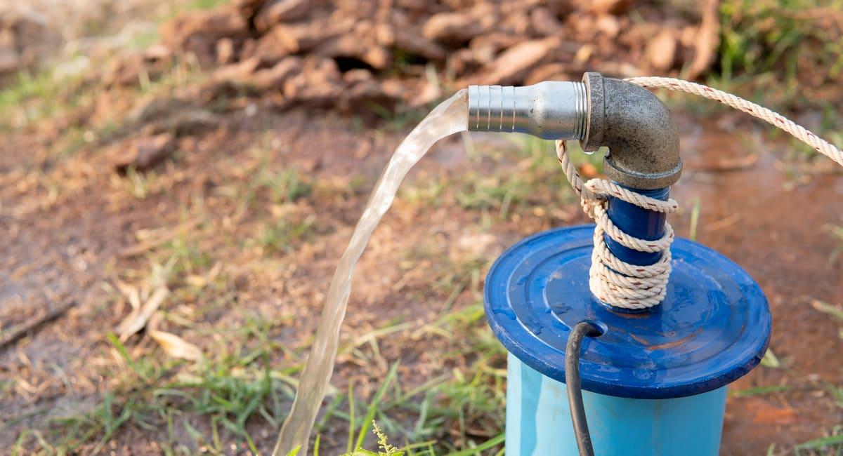 Poço semi-artesiano com água jorrando