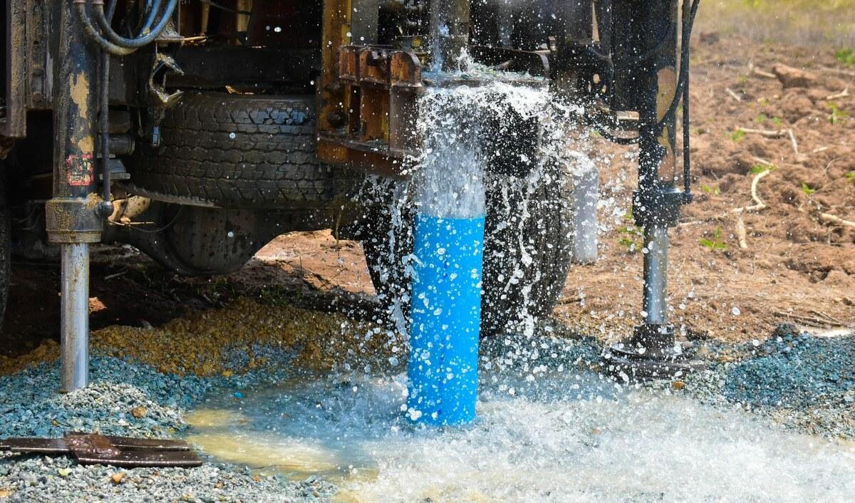Poço artesiano jorrando água