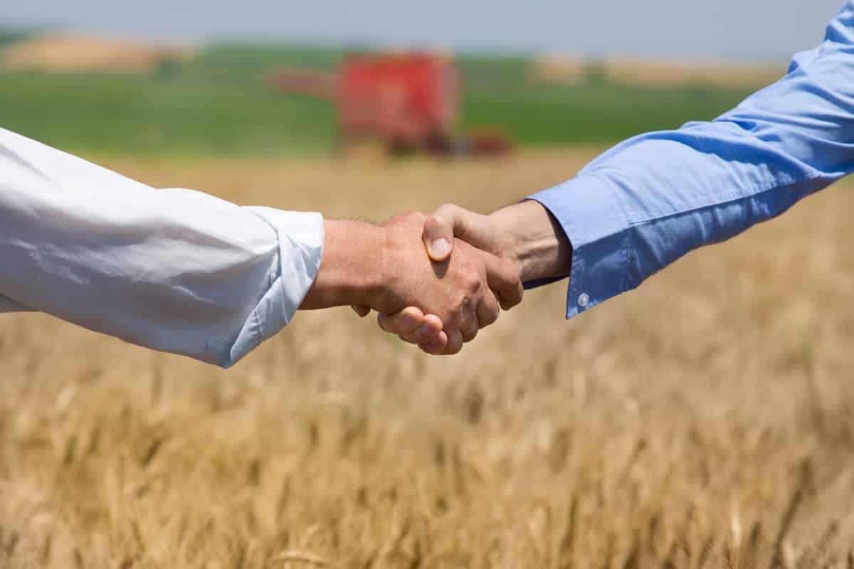 Homens apertam a mão simbolizando fecharem negócio