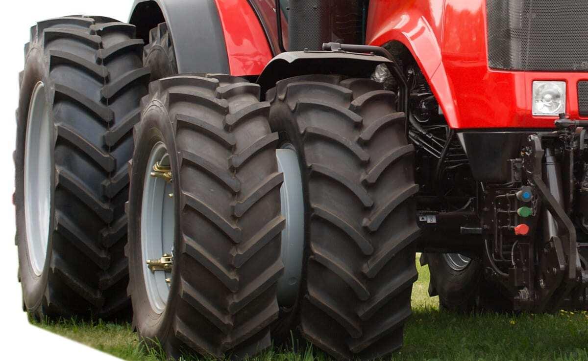 Detalhe de pneus de trator novo