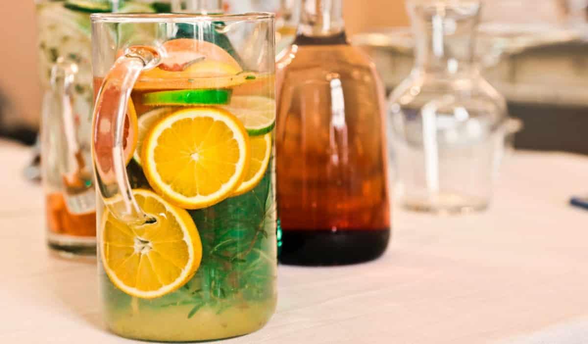 Limão em rodelas dentro de uma jarra com água