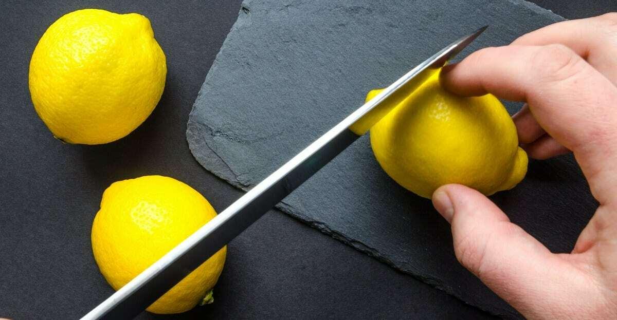 Homem se preparando para cortar um limão siciliano