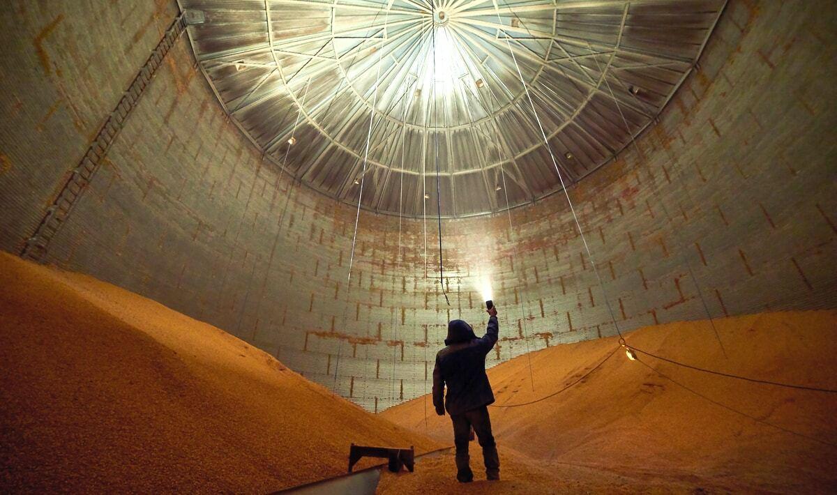Visão interna de silo graneleiro com estocagem de produção