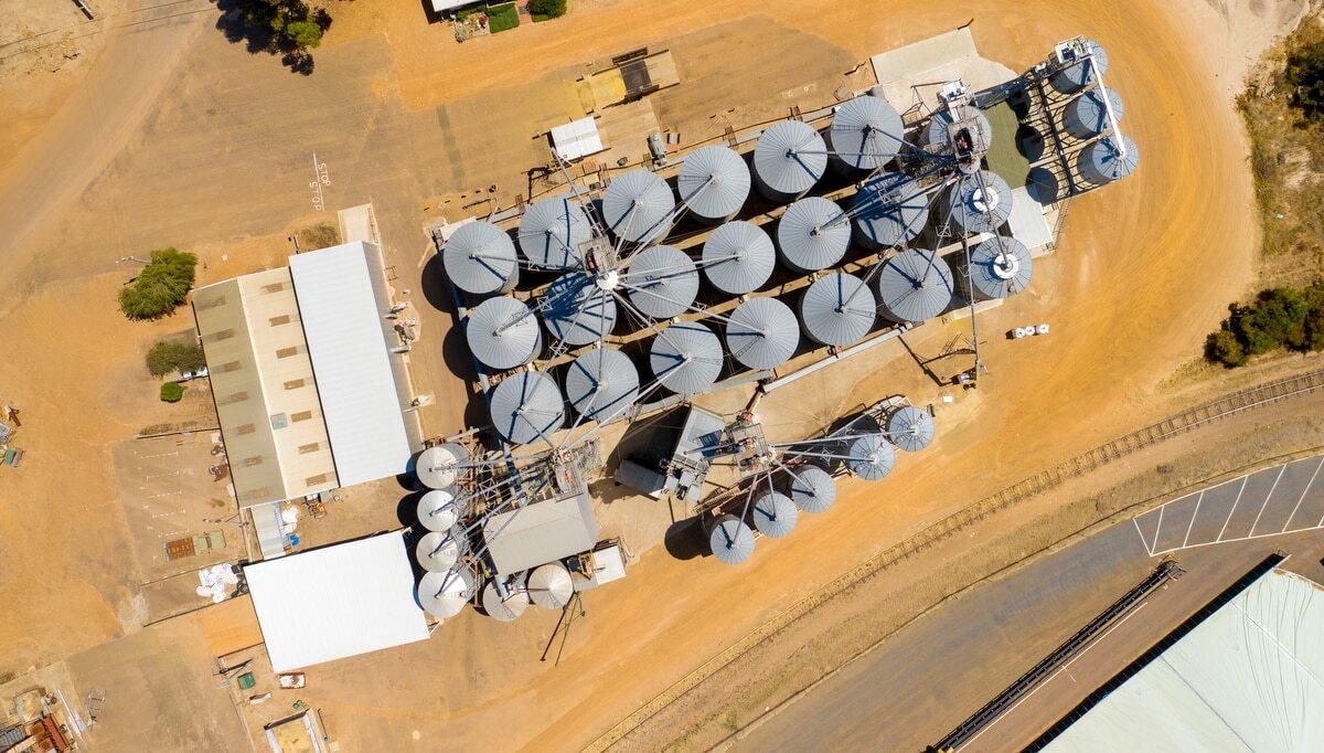 Vista aérea de silo de grãos