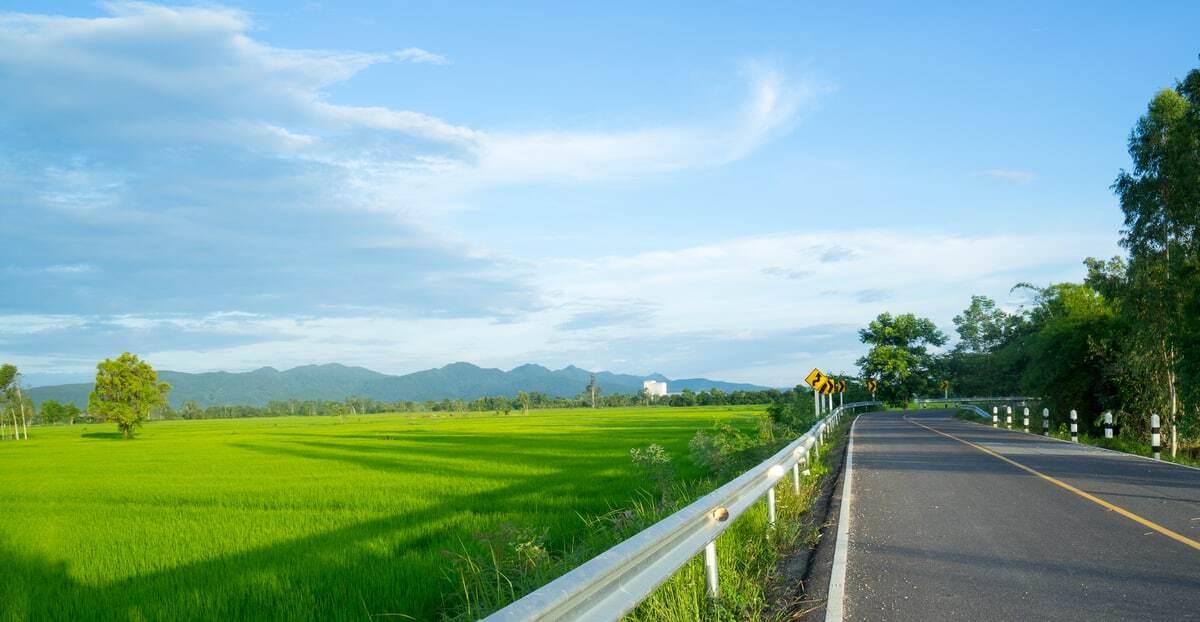 Fazenda ao lado de uma estrada asfaltada