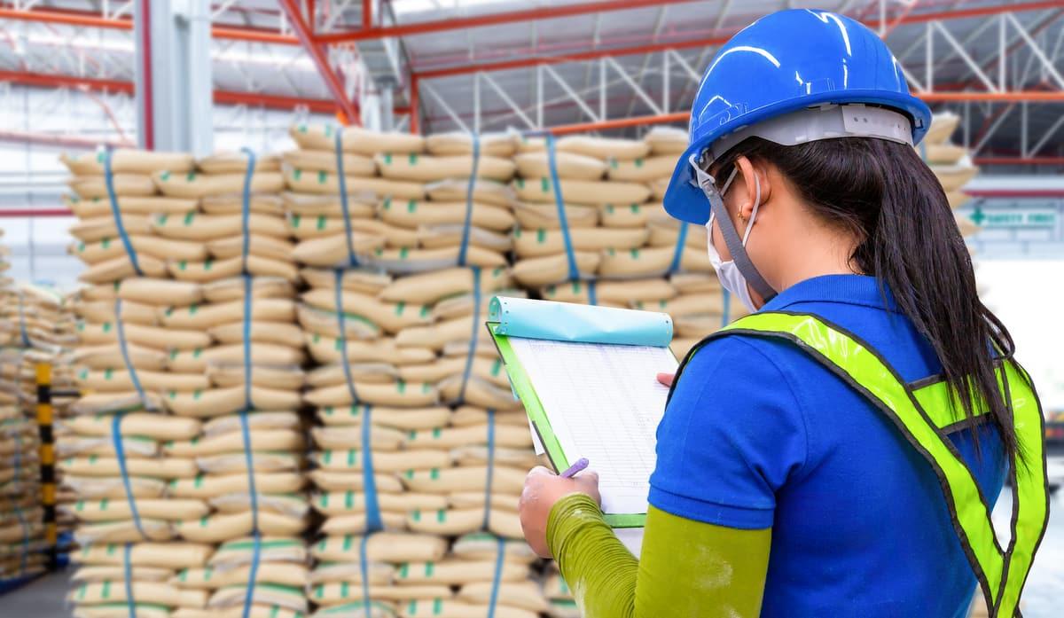 Funcionária confere detalhes da importação de sementes