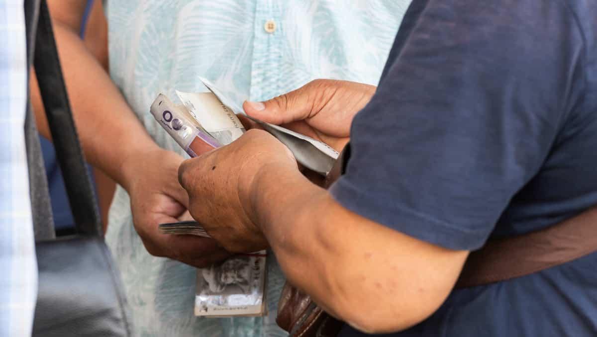 Homem comprando com dinheiro. Negociação