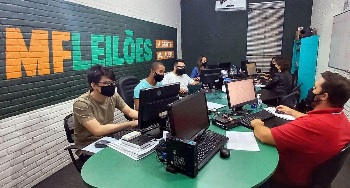 Equipe da MF Leilões trabalhando