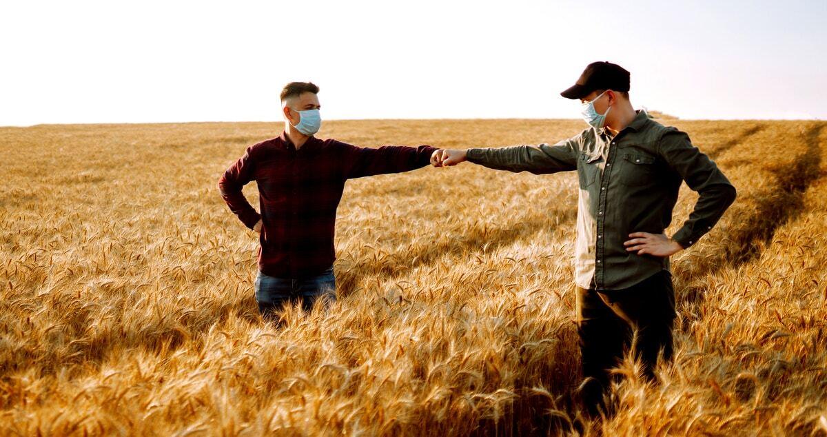 """Homens no campo se cumprimentando com """"soquinho"""""""