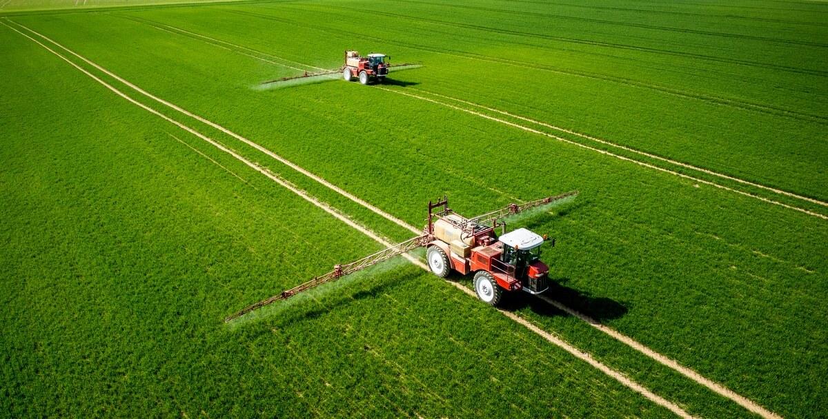 Pulverizadores agrícolas aplicação na lavoura.