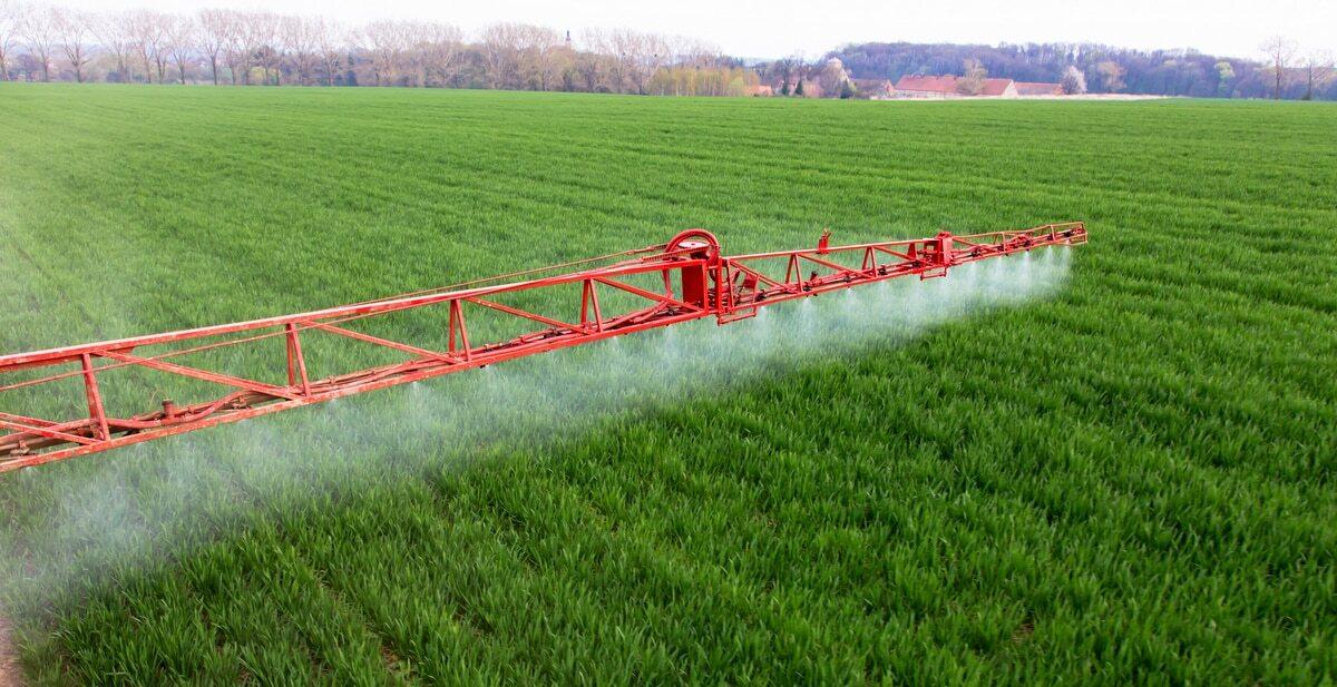 Pulverizadores agrícolas: detalhe da barra aplicando produto.
