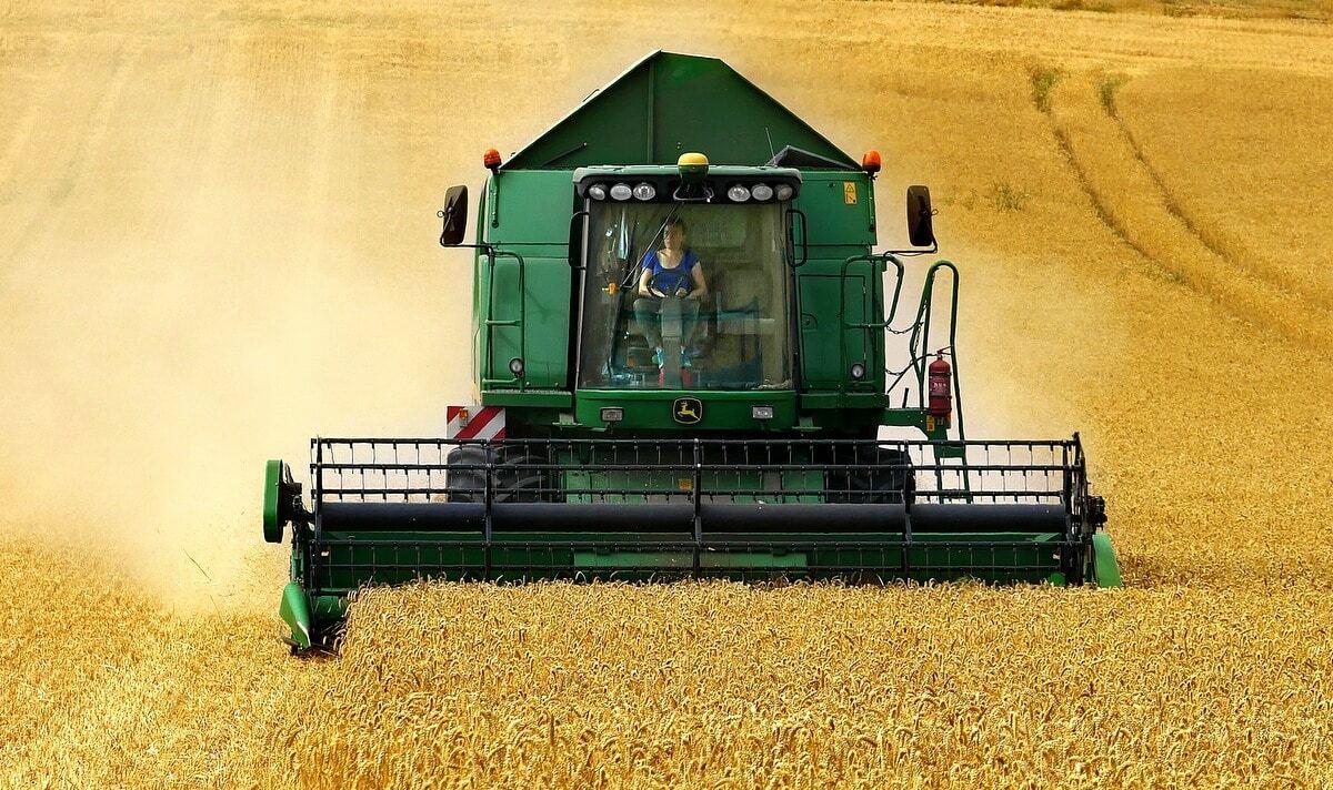 Trabalho de colheitadeira em nível para evitar perdas na colheita