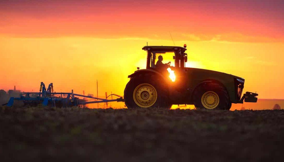 Tipos de tratores agrícolas: confira os principais
