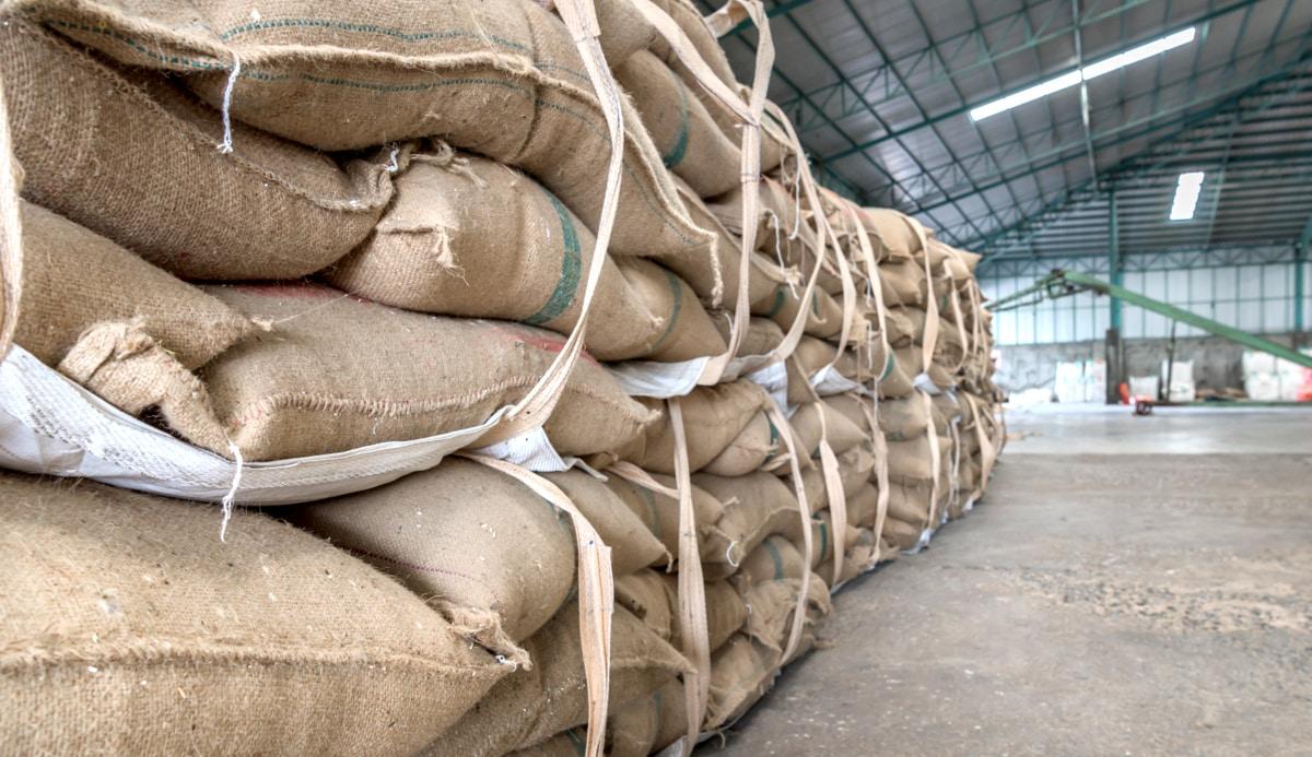 Armazenamento de grãos em sacas dentro de um galpão